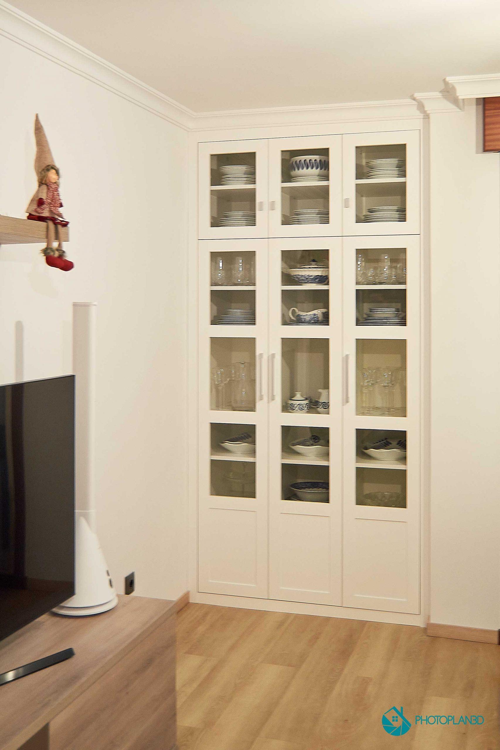 Armario a medida, puerta lacada en blanco con cristal transparente