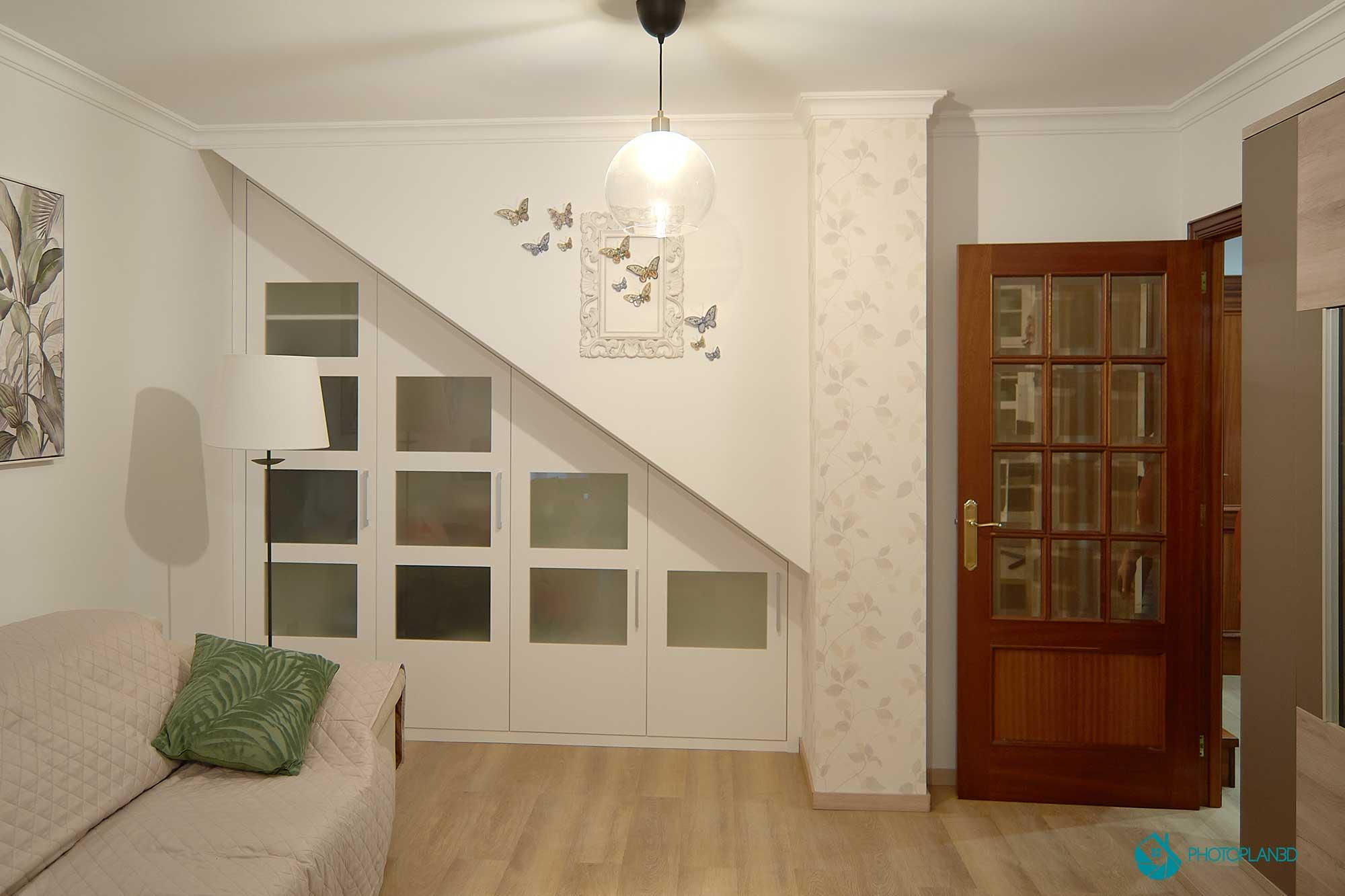 Armario a medida bajo escalera, puertas lacadas en blanco con cristal mate